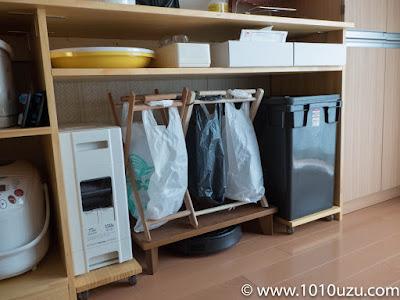 ルンバの居場所はカウンター下の資源ゴミ箱の下