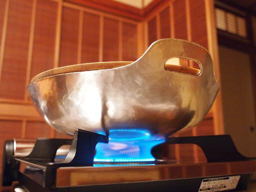 [写真]自慢の純銀鍋登場