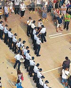 旺角<br>警員在旺角佔領區一字排開,分隔正反示威者。