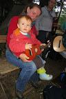 Plamínek nám hraje na ukulele.