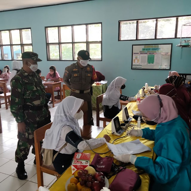 Dua Anggota Koramil 01/WNY Kodim 0619/PWK Laksanakan Monitoring Vaksinasi Pelajar