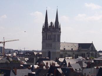 2004.05.22-007 vue sur la cathédrale de la tour du moulin du château