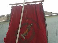 37 A  mezőkövesdi zászló túloldalán, Szent László király harci bárddal és az országalmával.jpg