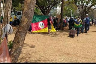 Retirada de acampamento revolta bolsonaristas na Esplanada