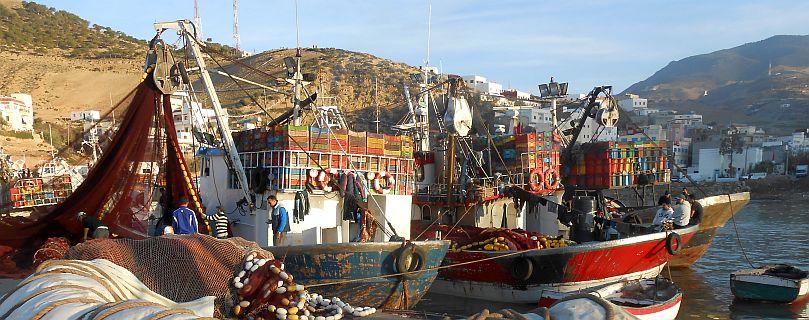 Schiffe im Hafen von Jebha, Marokko