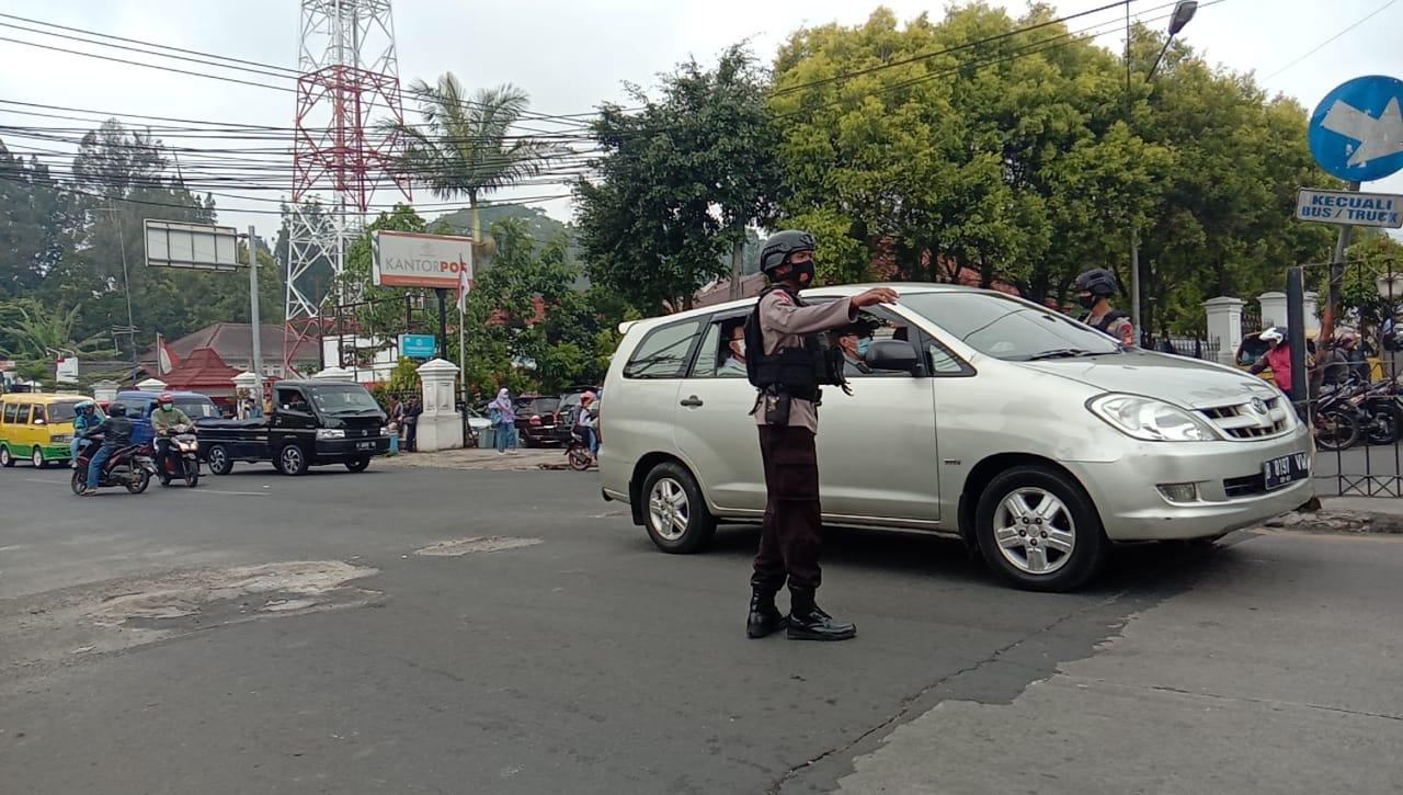 Antisipasi Kemacetan Jalur Puncak, Sat Brimob Polda Jabar Gatur Lalin Disekitar Cipanas