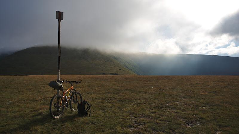Varful Cindrel invaluit de ceata.