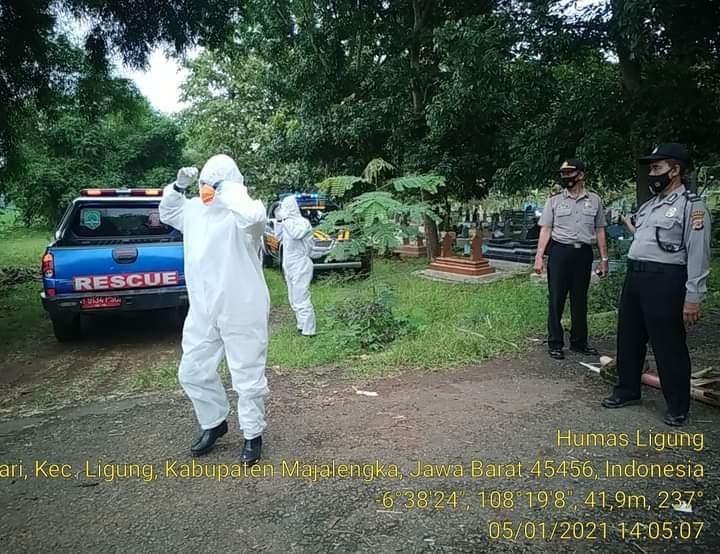 Kapolsek Ligung Pimpin Pamwal Pemakaman Jenazah Pasien Covid-19 di TPU Desa Kodasari