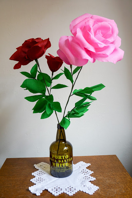 Un pas inainte: trandafiri din hartie creponata