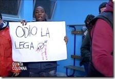Migrante con lo striscione contro la Lega