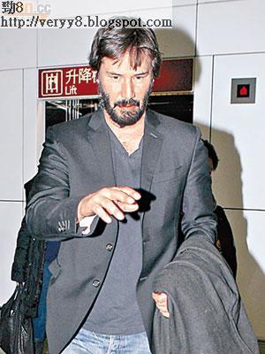 奇洛李維斯昨午步出香港機場時,大方任記者影相。