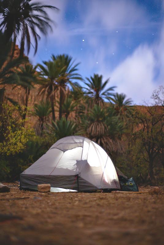 Palmieri fosnind in vant, o luna incredibil de luminoasa, nori alergand pe cer si probabil unul din cele mai frumoase locuri de cort din periplul nostru prin Maroc.