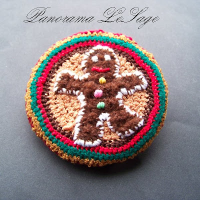 Broszka szydełkowa kolorowa duża wyrazista Panorama LeSage Biżuteria szydełkowa świąteczne Hallo Kitty Colored crocheted brooch large expressive Panorama Lesage Jewelry Hello Kitty Christmas crocheted ciastko piernikowy ludek