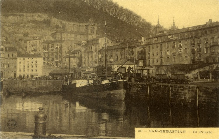 Vapor DUMA en el puerto de Donostia. Ca. 1910. Postal.jpg