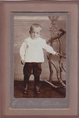 Dit is de vader van Irene van Vliet-Volwerk, Jan Volwerk (1902 - 1992). De foto is gemaakt door S. van der Plaat, fotograaf te Middelharnis.