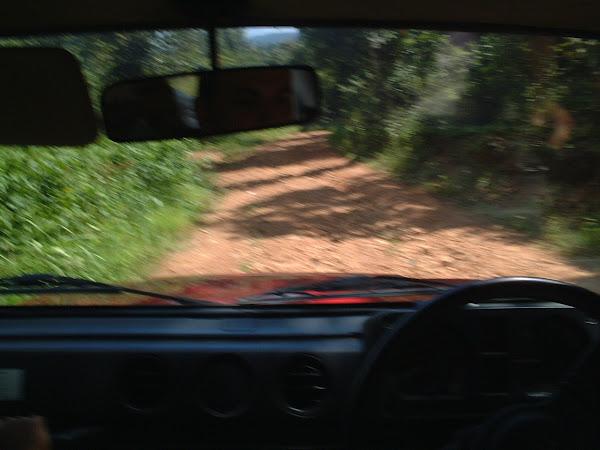 La Jeep, une Suzuki, marque plus justement réputée pour ses motos qui vont trop vite que pour les amortisseurs qu'elle a choisi pour ses véhicules 4/4, s'apprête à nous faire vivre des moments inoubliables. Qu'elle n'est certainement pas prête d'oubliée non plus !  La veille, nous nous posâmes la question suivante – Mais comment les Thaïlandais arrivent à mettre une voiture dans un état pareil - Après cette journée, nous avons un début de réponse ! Du moins pour la direction, les roulements, et le bas de caisse défoncé ! L'état du moteur reste un mystère, à fond de 5ème, 80 km/h semble une barrière inexpugnable ! Ce qui somme toute, n'est pas très gênant, car les 15 cm de jeu dans la direction de droite à gauche, empêche un être raisonnable de rouler au delà de 60 Km/h. Au dessus, la voiture se dirige toute seule soit à droite, soit à gauche, dans le fossé, où dans l'obstacle le plus proche… Et essayer de corriger la trajectoire nécessiterait un stage avec Rémi Julienne.