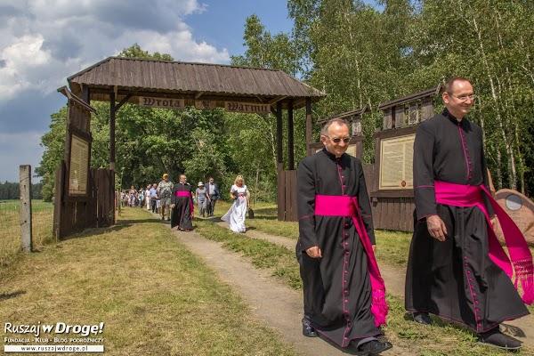 Biskupi przekraczają Bramę Warmii w Bałdach
