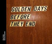 de boektitel in losse letters op gouden plaatjes tegen een deur geplakt