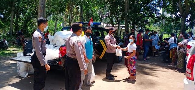 Pandemi Covid-19, Polsek Nusa Penida Terus Berbagi dengan Memberikan Sembako kepada Warga.
