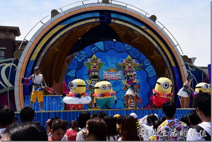 日本大阪-環球影城。別看這個時候台上的演員一幅祥和有說有笑的樣子!下一秒鐘!
