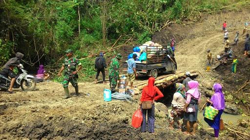 Berkat Sinergitas TNI dan Pemkab Bone Serta Masyarakat, Jembatan Tompo Bulu Dapat Dilewati Lagi