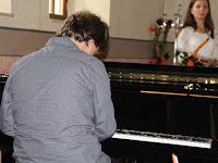 07 A zongoránál Mészáros Lajos, a művészeti alapiskola tanára.JPG