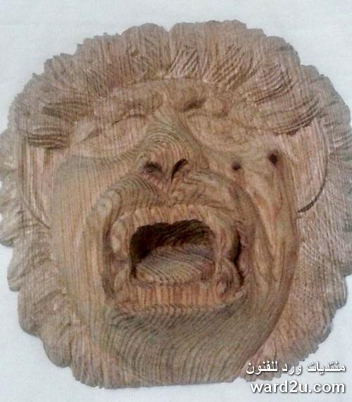 نحت خشبى على شكل اسد ووجه انسان