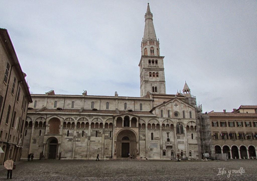 Vista de la Catedral y la Ghirlandina desde los soportales de la Piazza Grande