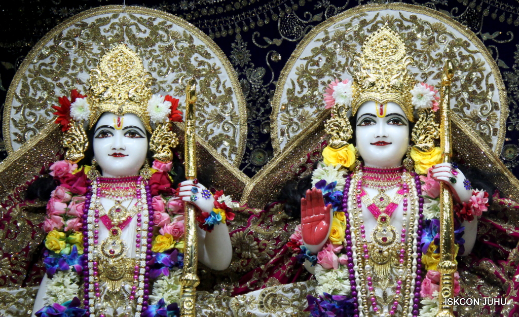 ISKCON Juhu Sringar Deity Darshan on 24th Oct 2016 (55)