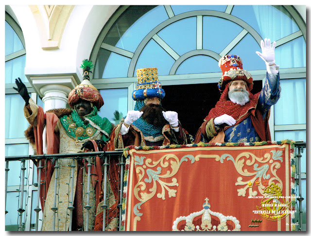 Sus Majestades, saludando desde el balcón
