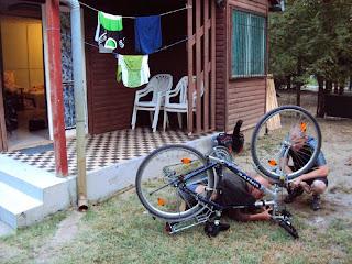 Pauls Fahrrad wird untersucht.