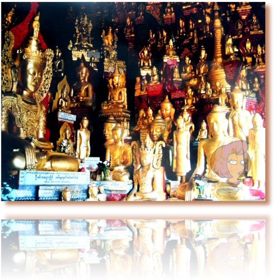Foto de algumas das cerca de 8000 estátuas de Buda e miniaturas dos Pagodes douradas, depositadas por devotos numa caverna nas colinas de Pindaya, Estado de Shan, Mianmar (antiga Birmânia)