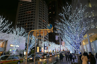 Every single tree on the street is lit up in blue and white lights here in Roppongi Hills along Keyakizaka street. There are about 1,200,000 LEDs turning from a Snow and Blue theme to Candle and Red theme