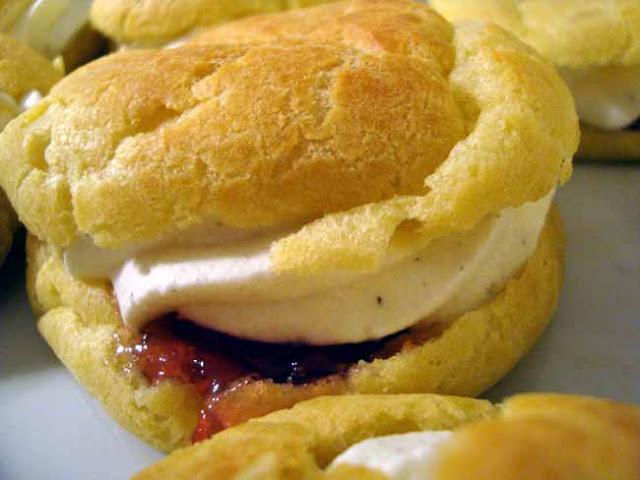 fastelavnsboller, fastelavn, boller, kage, dessert, smør, hvedemel, æg, bagepulver, rosengelé, fløde, vanilje
