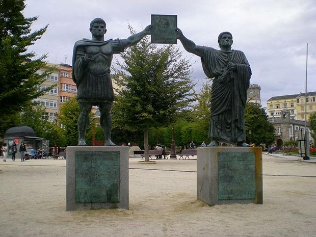 Esculturas dedicadas a los fundadores de Lugo en la Plaza de España.