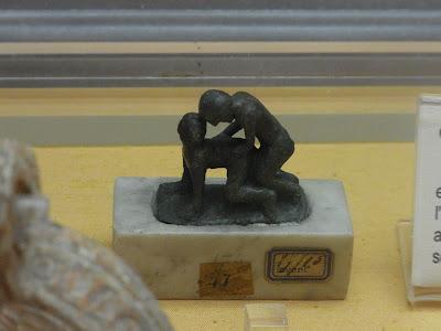 行為をいたす男女の彫像
