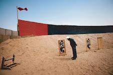 soldaat controleert schietschijven in de open lucht