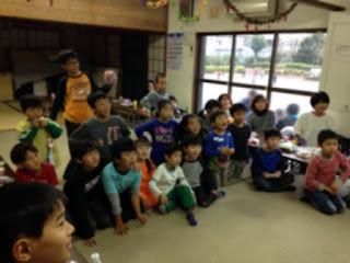 習字教室のクリスマス会の子供たち