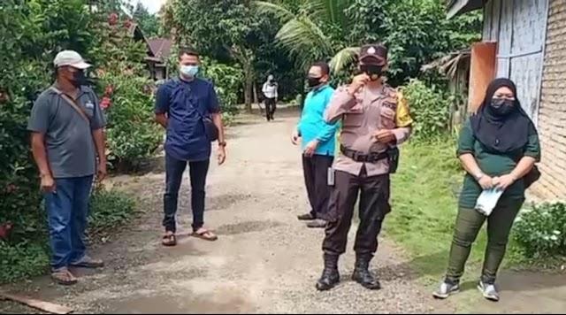 Bhabinkamtibmas Polsek Tebing Tinggi Bripka Elpin Manalu, SH Bersama Warga semprot Disinfektan