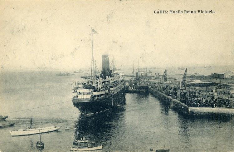 2-Explendida foto del REINA VICTORIA EUGENIA en el muelle del mismo nombre en Cádiz, puerto de enlace con los vapores de la misma compañía que traían emigrantes y carga de la cornisa cantabra.jpg