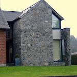 Mur de moellons de maçonnerie partiellement retaillés sur chantier