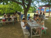 A gyermektábor lakói alkotnak a Csongrády Lajos Alapiskola udvarán 2.JPG