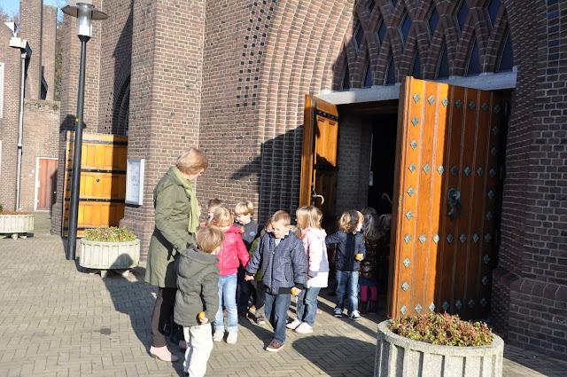 Kleuters bezoeken Martinuskerk - DSC_0039.JPG
