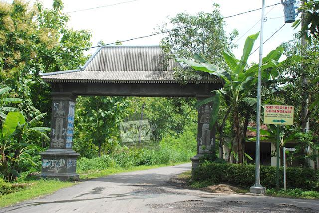 Gapura desa Tegalrejo menuju Curug Indah Gedangsari, Gunungkidul, Yogyakarta pada Januari 2012
