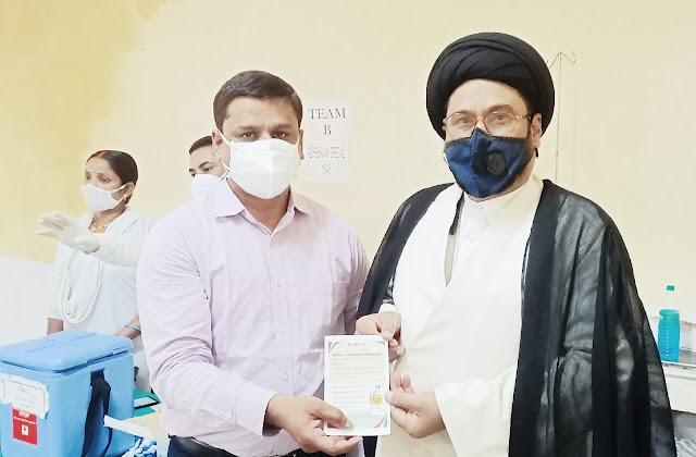 धर्मगुरु मौलाना सफ़दर हुसैन ज़ैदी ने लगवाई कोरोना वैक्सीन , सभी से वैक्सिनेशन की किया अपील