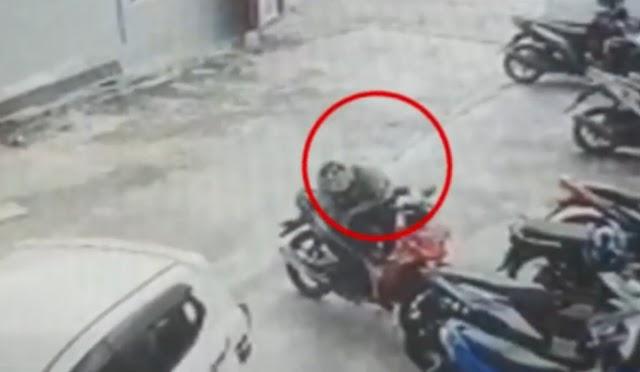 Terekam CCTV, Maling Gasak Rp 3,5 Juta dalam Jok Motor