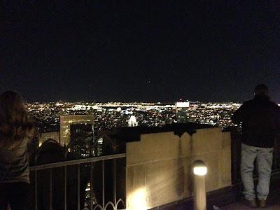 トップ・オブ・ザ・ロックの最上階。ガラスも壁もなく、肉眼で夜景が見える