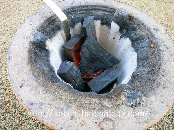 火起こしの手順4-消し炭を追加する