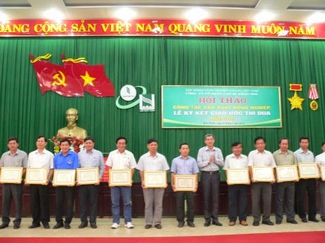 Ông Hứa Ngọc Hiệp - P TGĐ VRG tặng Bằng khen đại diện lãnh đạo Tập đoàn trao Bằng khen cho các tập thể hoàn thành xuất sắc nhiệm vụ năm 2014