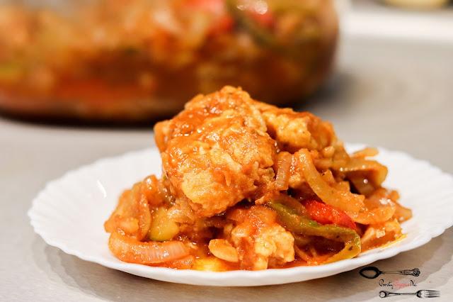 dania obiadowe,ryba po japońsku, ryba z warzywami, smażona ryba, ryba na wigilię, ryba w warzywach, ryba smażona z cebulą, ogórkiem i papryką